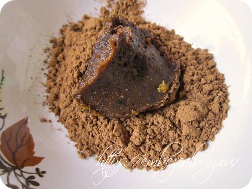 Формуем шарики и обваливаем их в какао порошке