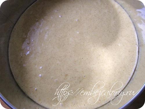 Выливаем тесто в разъёмную форму