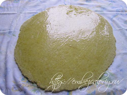 Смазываем поверхность пласта растопленным сливочным маслом