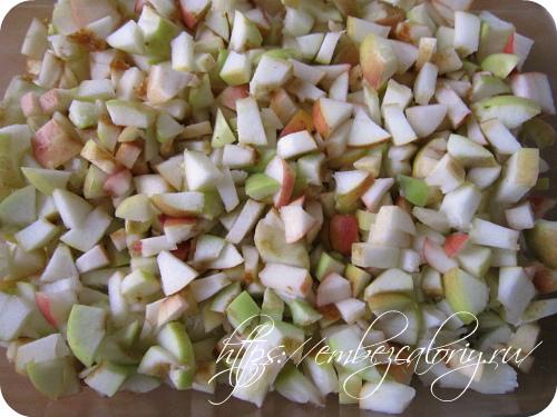 Укладываем слой, нарезанных ломтиками яблок