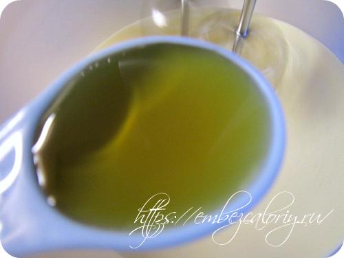 Не выключая технику, добавляем сироп и сок лимона