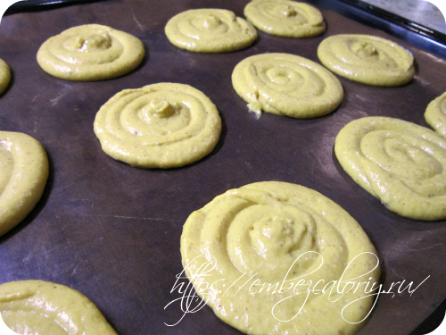отсаживаем из кондитерского мешка круглые печенья
