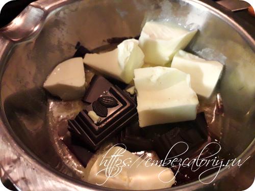 Шоколад и масло сливочное топим на паровой бане