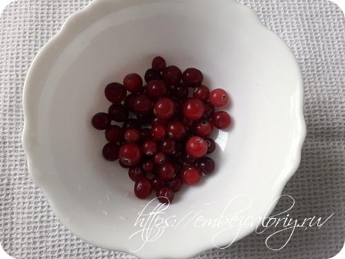 Добавляем целые ягодки клюквы и перемешиваем