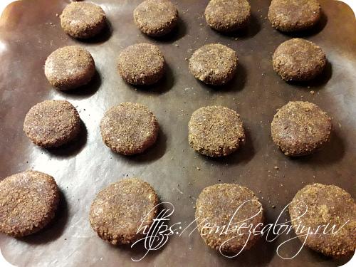 Придаём шарикам форму плоского печенья