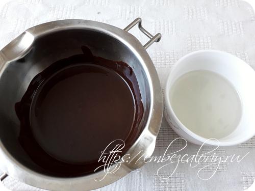 Шоколадные плитки и масло кокоса топим на водяной бане