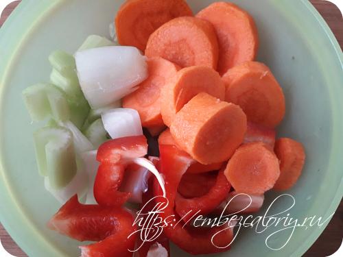 Овощи крупно нарезаем