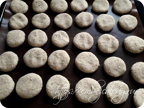 Формуем печенье, укладываем его на противень с пергаментом