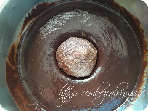 Каждый шарик обмакиваем в шоколаде