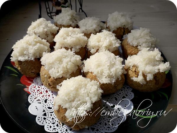На остывшие булочки укладываем кокосовую смесь