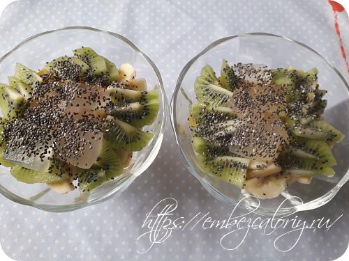 Посыпаем семенами чиа и поливаем соком от десерта алоэ вера