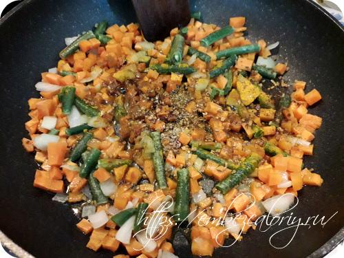 В разогретом масле обжариваем морковь, лук, стручковую фасоль, с пряностями