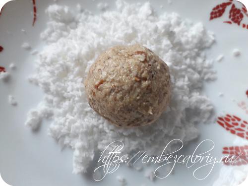 Скатываем шарики и обваливаем в кокосовой стружке