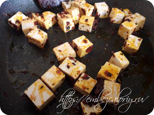 Закладываем туда же тофу, нарезанный кубиками