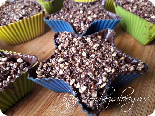Перемешиваем и укладываем в формочки с шоколадом, утрамбовывая массу