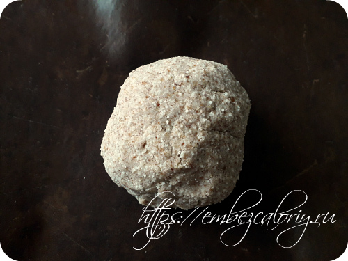 Скатываем из теста шар и укладываем его на пекарский коврик