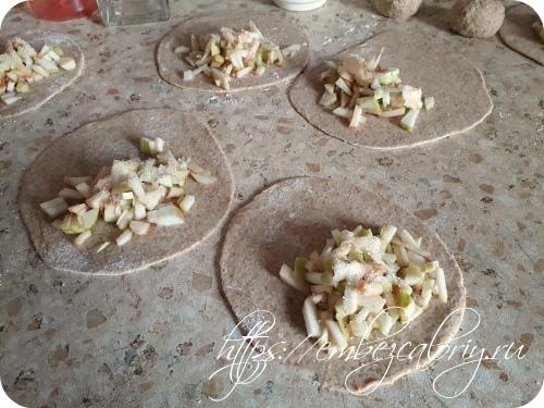 Раскатываем лепёшки, укладываем яблоки и посыпаем сверху сахаром