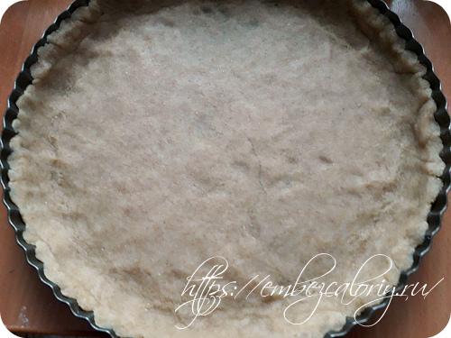 Раскатываем тесто в тонкий пласт и укладываем на дно разъёмной формы с бортиками