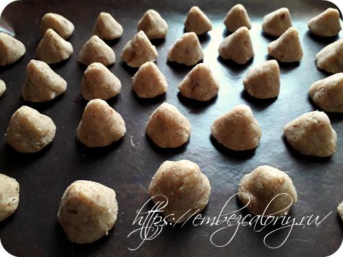 Формуем печенье и укладываем его на противень