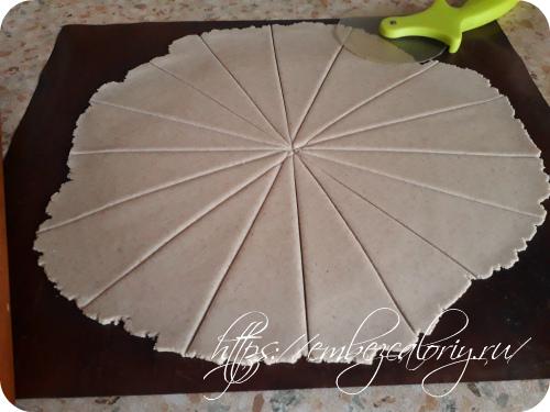 Делим раскатанный круг по диагонали на несколько частей