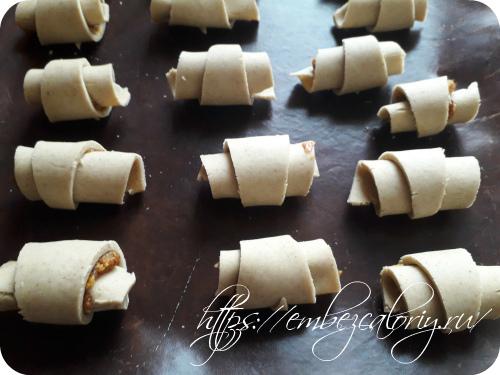 Сворачиваем рогалики и укладываем их на пекарский коврик
