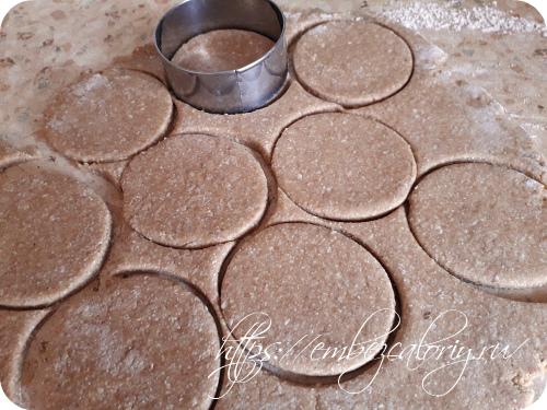 Выемкой вырезаем печенье