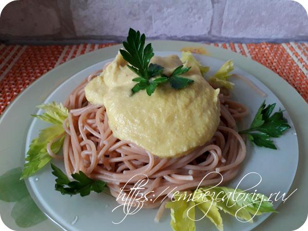 Подаем соус к спагетти отдельно, либо поливаем сверху