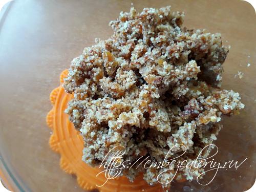 Измельчаем орехи и финики в блендере