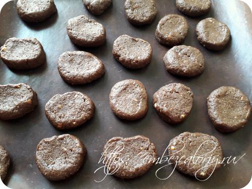 Замешиваем мягкое тесто, формуем печенье и укладываем на противень