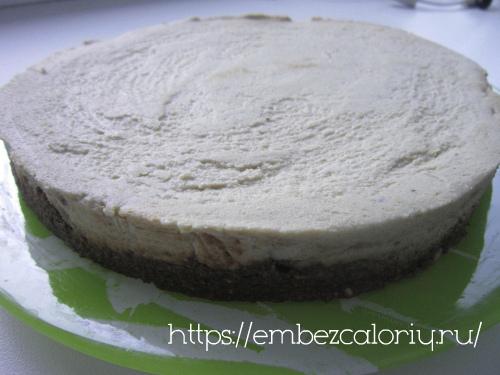 Аккуратно достаем из формы и укладываем торт на плоское блюдо
