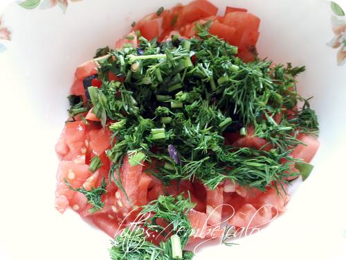 Свежие помидоры нарезаем брусочками, зелень шинкуем