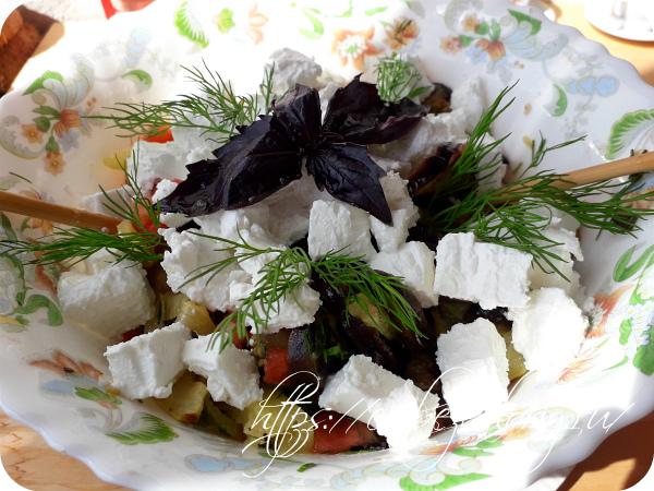 Сверху укладываем кубики сыра и украшаем свежей зеленью