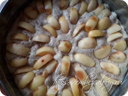 Сверху яблочные дольки и посыпаем корицей