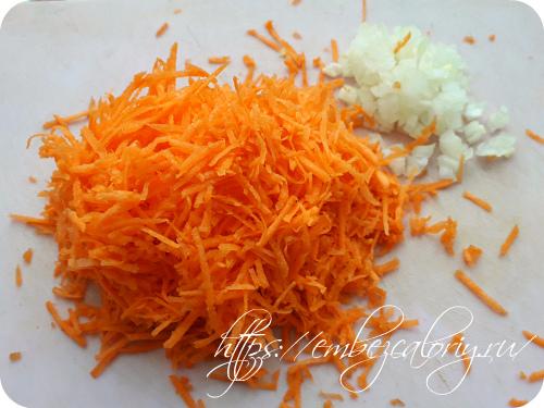 Морковь натираем на мелкой терке, лук мелко шинкуем