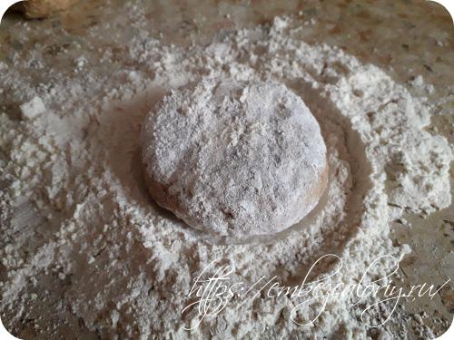 Мукой посыпаем стол и тонко раскатываем коржи для торта