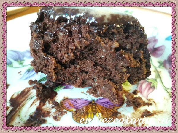 Заливаем кексы горячей шоколадной глазурью